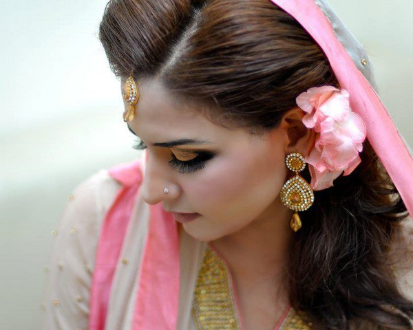 Mehndi Hairstyles Review : Latest bridal mehndi and hairstyling by kashee s u complete