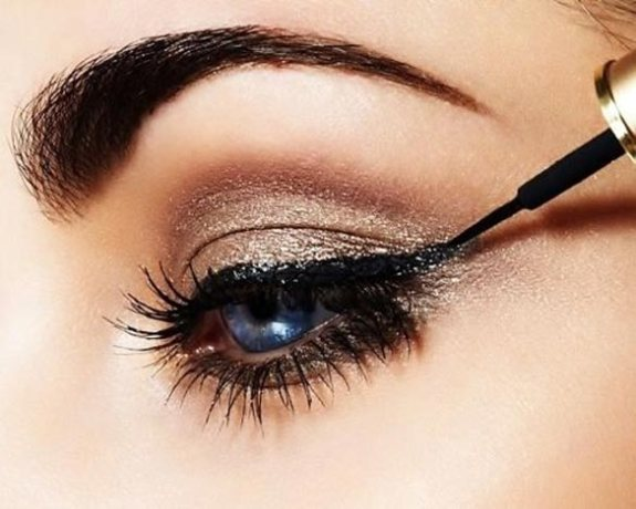 apply-eyeliner